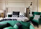 无论身处哪间卧室,躺在床上都能看到窗外的风景,室内装饰与室外美景充分融合。主卧选择了浓重的绿色,搭配黑白看起来颇有气度。