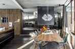 餐椅来自家居品牌Vitra,地毯来自private0204.com;玻璃吊灯和花瓶是德国设计师Isabel Hamm的作品。
