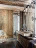 地板、 天花和推拉门皆选用当地橡木, 完美的颜色成为整个家最亮眼的核心。大浴室的设计是建筑师Monika Gogl把深色橡木和米黄色的天然石做了完美结合。盥洗池来自于kamanaturstein.at;椅子是Vitra品牌的佳作。