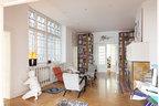 沙龙内景,也是图书室,两件白色雕塑是由波兰艺术家Gregor Gaida创作,黄色小灯由一位柏林设计师根据和服风格创作,地上铺了藏族的祈祷毯,扶手椅是由布拉格立体派艺术家Jindrich Halabala设计的H269Lounge Chair。来自世界各地的艺术品自然而然担当了空间里的主角,它们与来自不同时期不同风格的家具混搭在一起,初看浑然一体, 仔细瞅瞅又处处是值得玩味的细节。