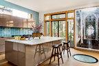 德国艺术家Candida Höfer这3米高的摄影作品,为宽敞的厨房带来另一种混搭的惊喜,落地窗前的超大岛台,更让这里成为整个家欢声笑语的中心。全开放的厨房向客厅完全敞开,并有直通室外阳台的出口,晴天的时候一家人会在阳台上吃早餐。厨房里这张大岛台的桌面由意大利卡拉拉的大理石制成,为每日备菜烹饪提供了足够空间,也能供一家人围坐吃饭。亮面橱柜来自SieMatic。岛台上摆着François与Xavier Lalanne于1994年创作的青铜作品《VacheFleuire》。岛台旁那个看上去像垃圾袋的东西其实是一尊上色铜雕,是Gavin Turk的作品。厨房地上的炮眼天窗为地下室的儿童游戏室带去了自然光线。在它旁边3米高的大幅摄影作品《Mosteiro dos Jerónimos Lisboa II,2005》来自德国艺术家Candida Höfer。