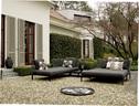 由建筑师Laura Dal Canto设计的露台花园中,鹅卵石铺装的地面展现出非常饱满的肌理。山毛榉树的荫蔽下,油绿的草坪恰是一片完美的户外休息区。