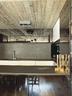 厨房上部的黑色镜面储物柜让人产生一种错视感,操作台面采用了酸处理过的黑色花岗岩,橱柜来自Boffi。