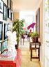 东田的家7个房间一字排开,全部朝南,这条长长的走廊就成了连贯各个房间的纽带。许多植物和画框被安置在走廊两侧,给人一种簇拥的感觉。