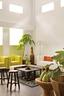 白色与黄色沙发品牌皆为Cassina,Flos的经典立灯、一座石头雕塑、当地特有蔬果……这些是主人的刻意安排,展现与大自然相依的关系。