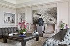 如何摆放主人充满活力的艺术品收藏,成为这个家的设计重点,主人希望这些艺术品在家里能呈现出类似朋友间的亲密感。客厅里,关节式竖条沙发和灰色交叉纹理沙发来自Stadler,购自法国艺术展馆Carpenters Workshop Gallery。两把扶手椅来自Serge Castella的设计。中间的黑色桌子来自室内设计师Philippe Hurel。丝绸羊毛混制的地毯购自BsB商店,品牌为The Rug Company。墙上的摄影来自 Karen Knorr。