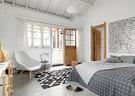 """""""也许有一天我结婚了,不会再如此装饰房间,但是在当下这个阶段,这样的风格最能体现我目前的生活态度。""""虽然没有落地玻璃窗,露台以及卧室的尖顶让空间显得非常宽敞,老公寓却毫无压抑之感,灰色的圆点床罩再次与墙上的现代派画作相映成趣,墙上画作是艺术家陆 新建的布面丙烯画作《城市基因/赫尔辛基》,来自上海ARTLABOR画廊。"""