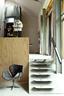 粗犷的水泥和钢铁梁柱也是室内设计的一部分,溜冰板被涂成灰色,变成了楼梯的台阶。