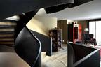楼梯由To n iEspuch和建筑师Roger Sauquet设计,中式屏风配中式橱柜,扶手椅由Toni设计。