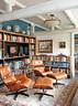 书房里一对经典的Eames躺椅, 对着一扇大玻璃窗,天气好的时候可远眺长城美景。书房里有一对Eames的经典躺椅,核桃木架子是这次改造过程中专门定做的,除了摆放着各种图书,还有夫妇俩收藏的瓷器和镜子。