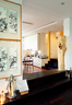 after 不可改动的地梁,索性被留作门槛,厨房、餐厅和客厅因此有了自然的边界。近处墙上的挂画是一种叫Linocut复刻版画,作者是Arnd的一位德国艺术家朋友Wilrud Kraemer。一段高高的Schellbach空心树干成为了台阶上的装饰品,来自百强家居,它的两截外表皮分别被摆放在了楼上的两个楼梯拐角处,一物多用。
