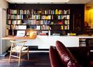2层客厅的一角是一个工作区,靠墙立着一盏铝制可调节阅读灯,它来自Goemely。从这个家里的很多细节,你可以感觉到德国男人典型的严谨、简约、冷静、注重功能性……