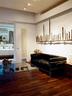 3层的客厅中,各色粗朴的铁锤被细心地沿墙壁挂成一串,就成了极具现代感的艺术装置。