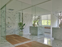 地面、墙面及岛台统一选用了同一种浅色纹理的大理石,加之镜面墙的运用,整个卫浴显得宽敞明亮,特别诱人。主浴室,以灰色大理石用作地板、墙面和排水设备;镜墙能够帮助增加房间亮度,同时让其更具延展性和层次感。
