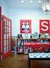 """餐厅兼书房中,摆着一张亮红色的Bludot工作台兼餐桌,搭配着纽约Moss买的一把红椅子和原版的黑白色Piero Fornasetti长凳。墙上挂着优子创作的两个日本人物,带""""S""""的红板来自一套SALE标识牌,是她在Etsy网上的斩获品。"""
