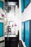 原本狭小的走廊在全幅镜面的反射下,显得更有戏剧感和空间感。