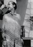 夏洛特年轻时的肖像,由Pierre Jeanneret摄于1928年,在她身后,建筑师柯布西耶举着一个碟盘,为照片渲染出一层光晕。