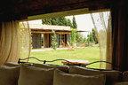从客厅的大窗户可以看到户外绿草如茵的庭院。
