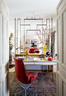 小而安静的阅读空间与客厅相连,并由Marta自己设计的铁栏隔断稍加隔离。红色座椅来自Modernario,书桌来自Anmoder,台灯则来自M&M。