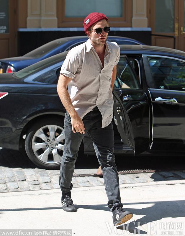 马修-麦康纳身穿灰色运动上衣搭配黑色运动裤