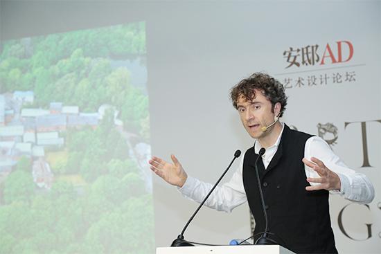 """英国著名建筑设计师Thomas Heatherwick——理性与感性双料男神 在上海,很多人对他设计的上海世博会英国馆的""""种子圣殿""""的印象极为深刻,如果稍微留意也许会发现,伦敦奥运会上的火炬点火仪式的创意来源,也是出自这位天才的手笔。Thomas还分享了一个在伦敦市中心的""""花园廊桥""""项目——桥墩就像是两棵树一样往上生长,四条通路可以上下。""""花园廊桥""""的核心是花园,不是桥,建成后会是最快"""