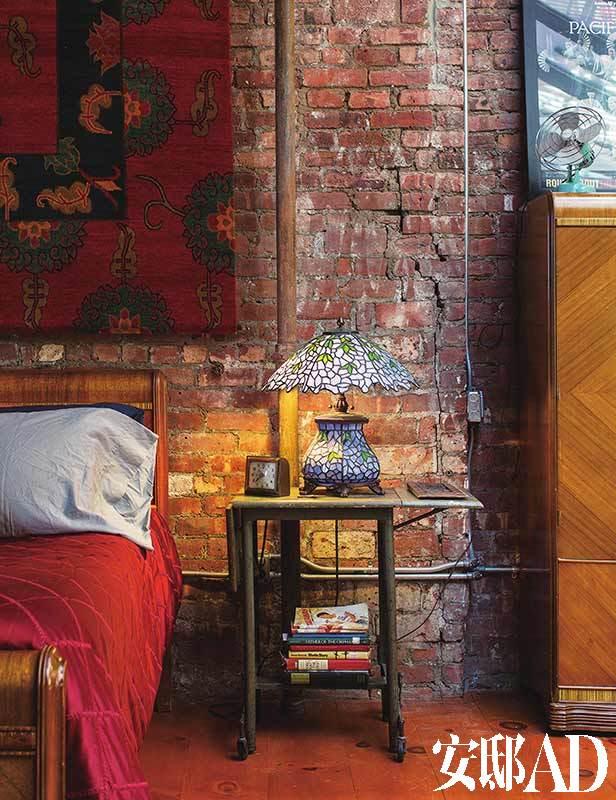 裸露的红砖墙带来粗粝的时间感。床来自老祖母。