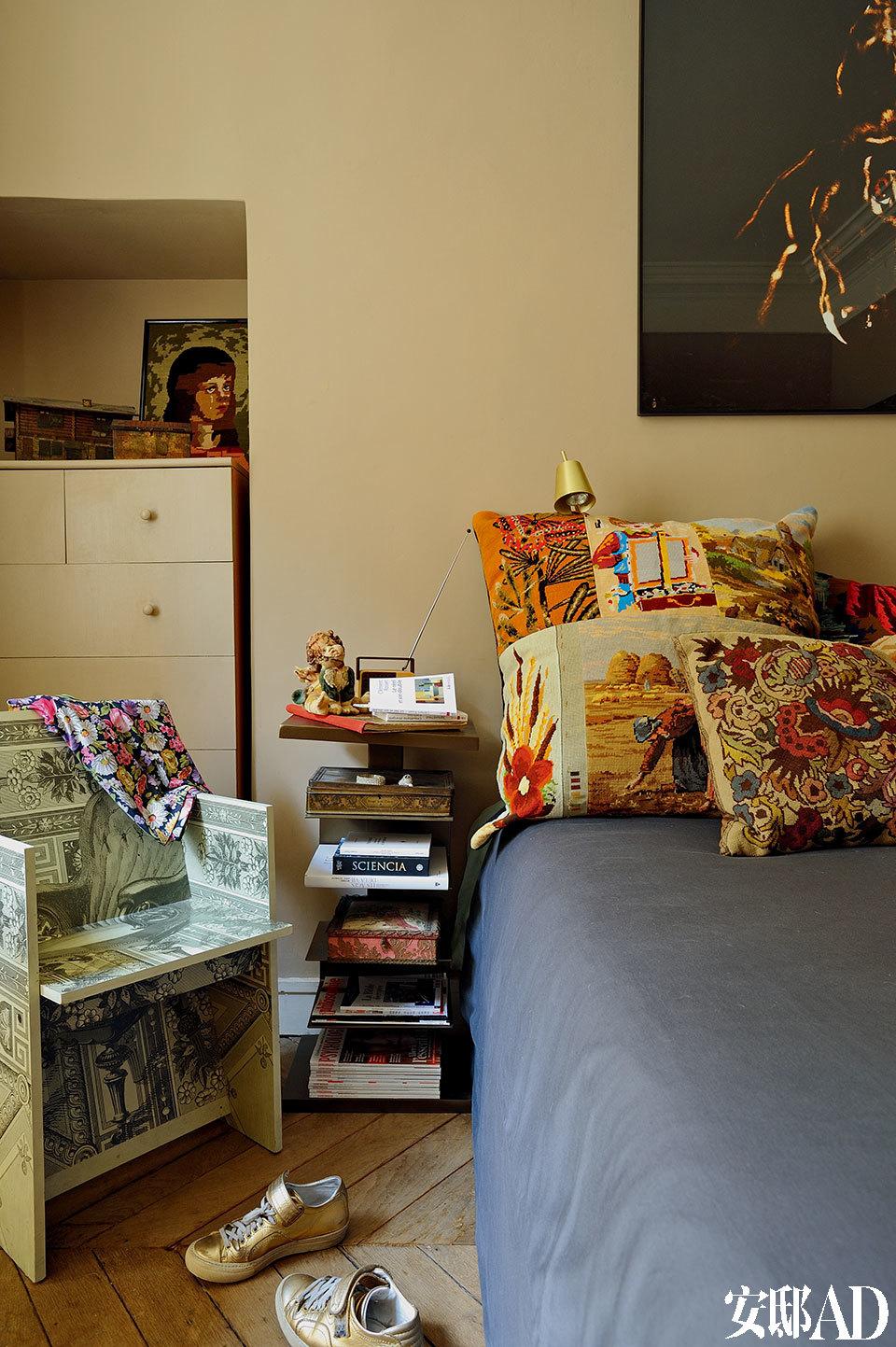 卧室一隅。靠枕套自然也是女主 人的针织拼接作品。
