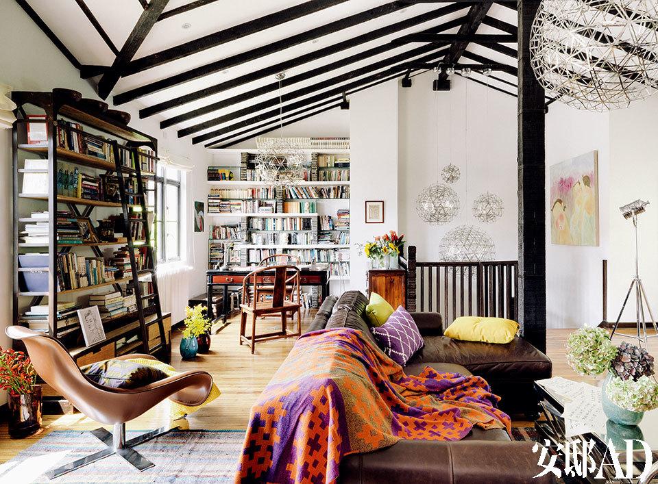 这栋老洋房的三层被改建成loft风格的起居室和书房,李光程平时最喜欢在这里读书写字,不少上楼参观的客人也惊喜地发现这里的风格与楼下有所不同。