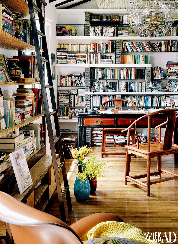 满满当当的书架承载了李光程的生活轨迹,有阳光的午后,坐在书房读书写字,真是一种莫大的享受。第二次改造老洋房,李光程保留了一些中式家具,又搭配工业感的时髦物件,令空间年轻不少。