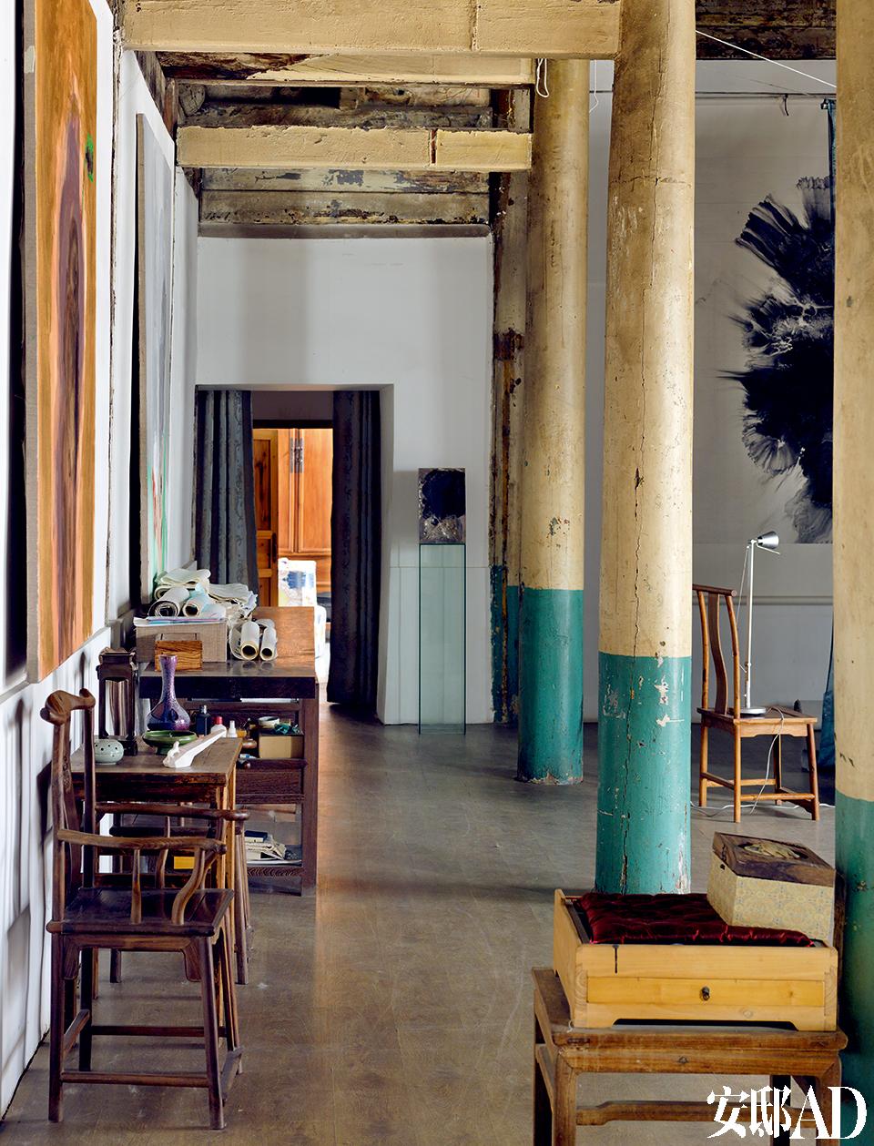 踩着大厅的木地板,去往东侧厨房和书房。