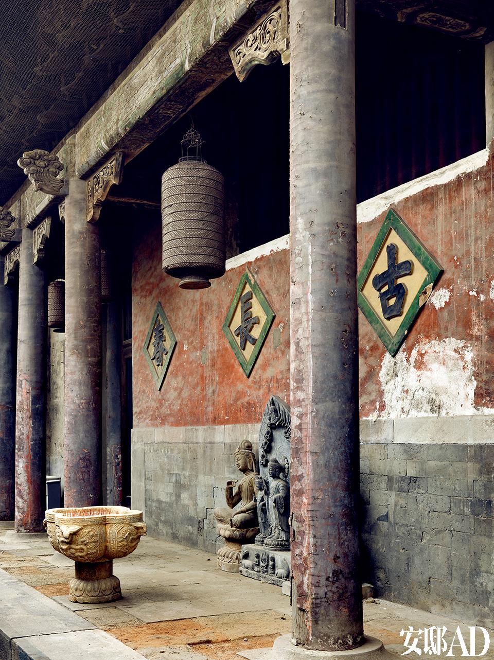 大庙主体大殿东侧外墙,混合着不同的年代痕迹。