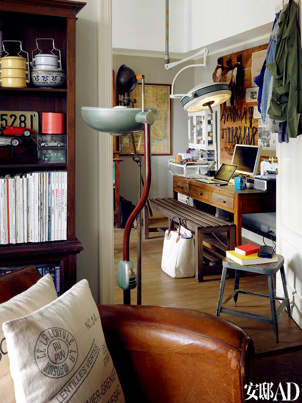 """工作桌上的老工具板纯属装饰,前方老皮沙发是张可以打开来当""""床""""的老皮沙发床!"""