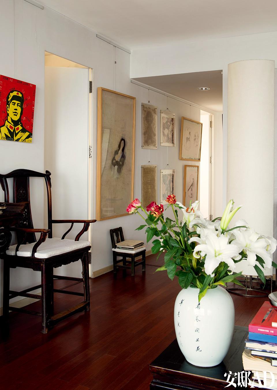 通向卧室区的走廊上挂了很多幅综合材料作品,创作者包括邬一名、陈鱼等。