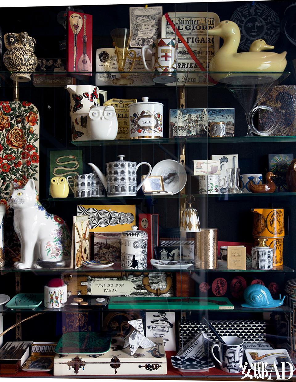 家里像一座妙趣横生的博物馆,而多数藏品都是自家人的创造。柜子上摆放着来自Atelier Fornasetti的收藏物。