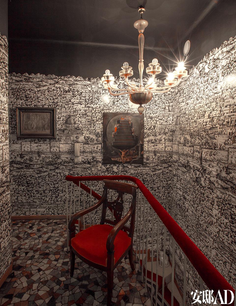 墙面上密布的耶路撒冷城市图案,让人仿佛身临异域梦境,在古老与现代的碰撞中曼妙穿梭。在家的二层,耶路撒冷的图案原先是被Piero Fornasetti先生首次采用、设计成墙纸,被展示在家的大厅内。后来,这种图案在划分区的屏风上显现,并转换为夜间模式。现如今,这款墙纸仍然被Cole & Son公司生产制作。