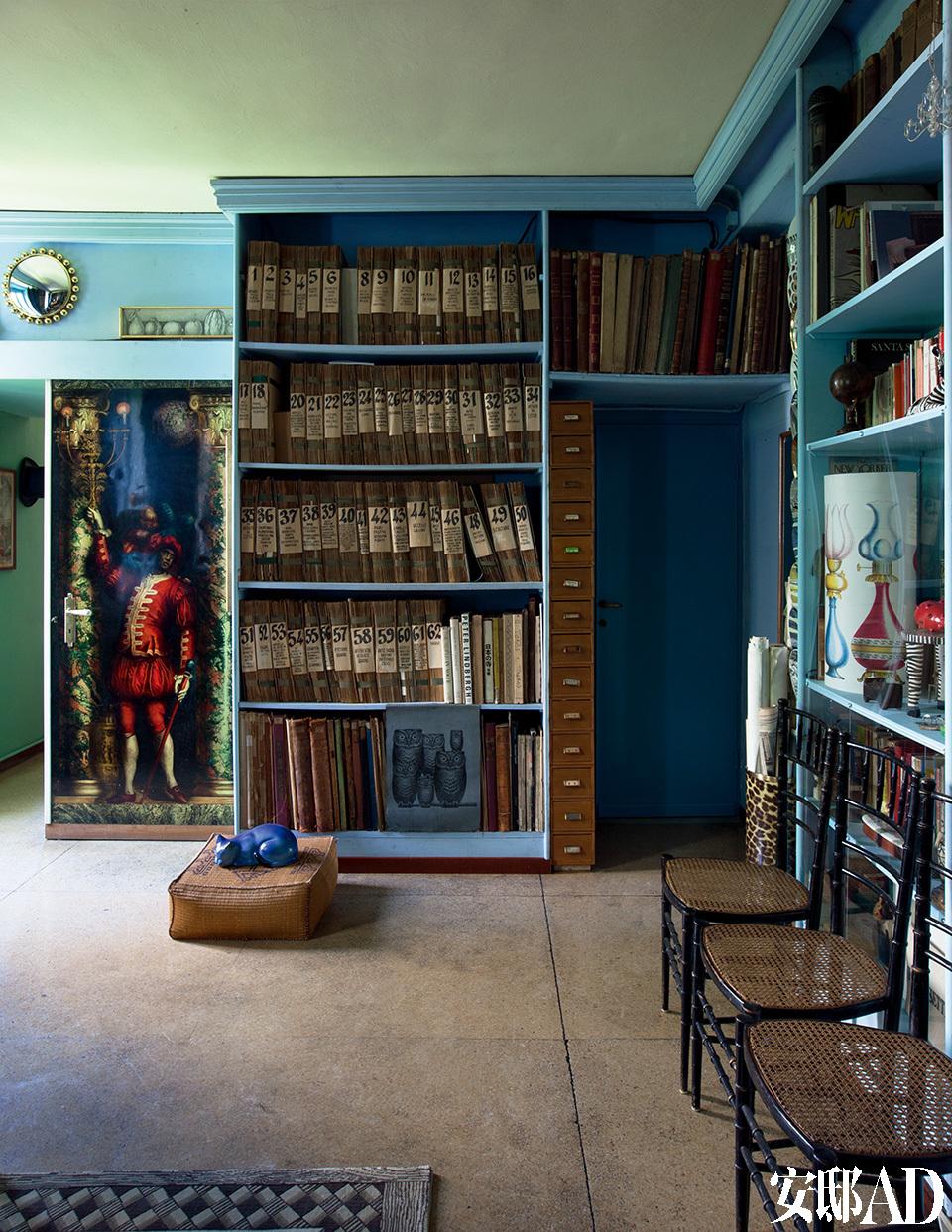 """档案室是Fornasetti家族创作的核心,""""我的父亲为他的工作而生,他甚至认为身边的每个人都和他一样,应该全神贯注地投入到工作中去。""""档案室位于家的二层。按类别分列的活页夹里,收集了从杂志、书籍和旧印刷品中摘录出来的剪画。这里成了Fornasetti家里应用艺术的著名文档收藏库,他们在这间屋子里获得各种设计灵感,并进行后续的精心制作。""""我的父亲甚至是一个对老旧图片极其狂热的强盗。他对于古董书完全没有一点'尊重'可言,只要他喜欢一张图片,就会把那页从书上撕下来。""""Barnaba Fornasetti解释道。"""
