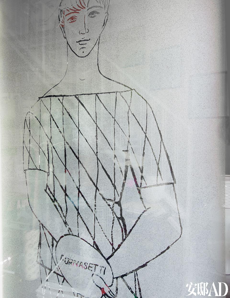 米兰家的入口处。钢化玻璃上是被蚀刻的图案Arlecchino con tavolozza。