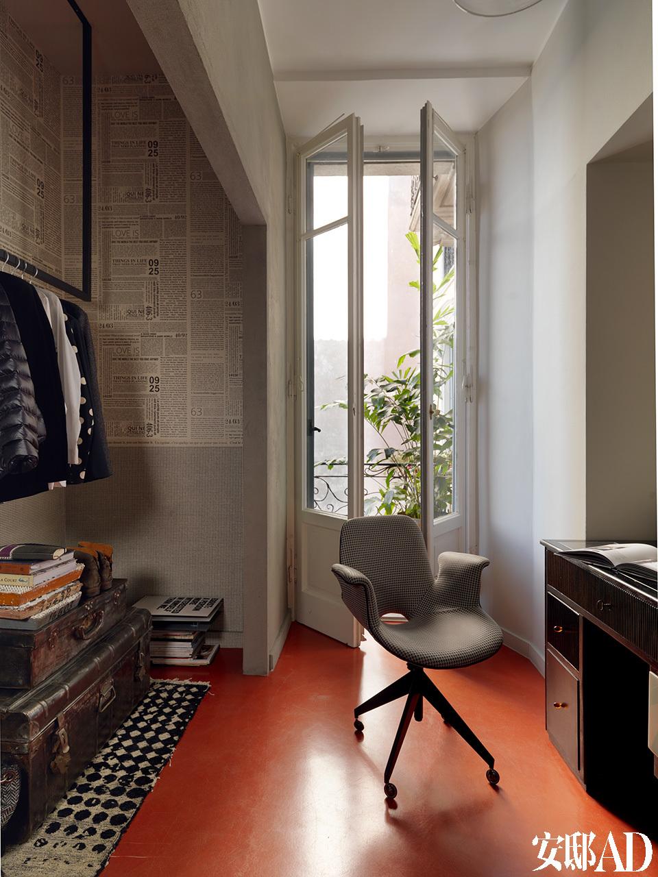 书房的地板和家的入口处一样,都选择了暖调的红色。书桌是由从布达佩斯淘来的古董桌改造而成,这把独一无二的椅子名为