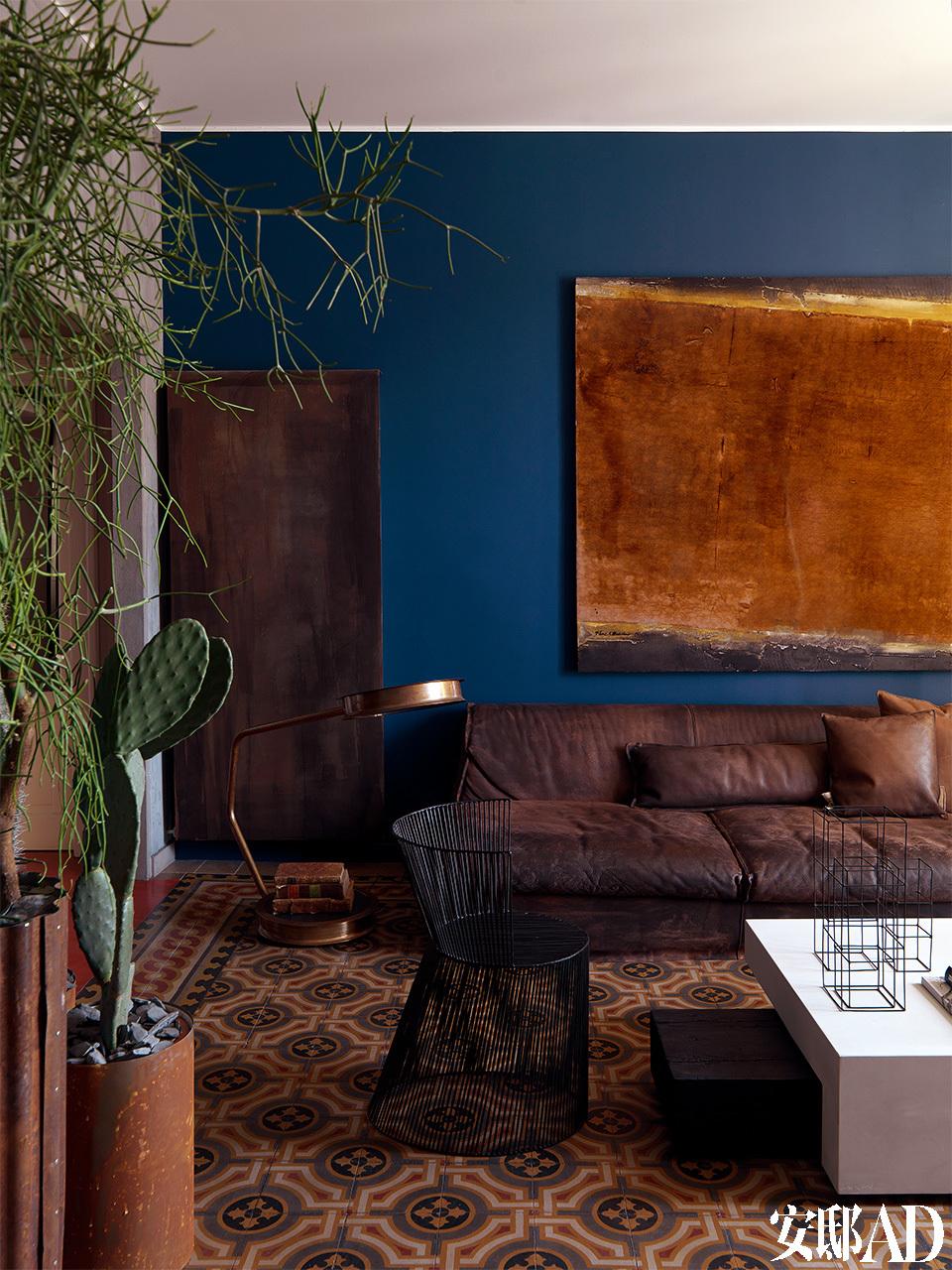 厅墙面上充斥着的丰盈色彩、悉心混搭过的新旧家具都和谐精妙地表达出Stefano对色彩、细节和造型风格的热爱。棕色皮质沙发是来自于Baxter的Housse Mono,墙面悬挂的巨幅油画是Aurel Basedow的作品。沙发前方的小茶几