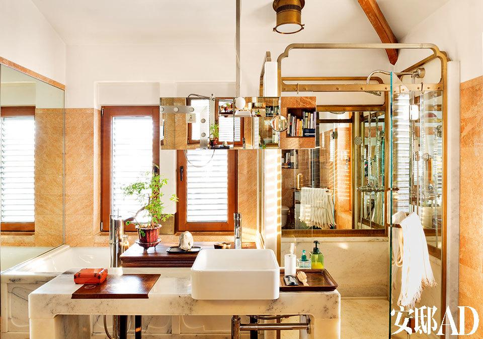 """""""对一个家来说,质感最有价值,因为它最难得到。而唯有对家投入情感和真心,方可获得一个有质感的结果, 没有捷径。""""浴室位于三层,也是自己动手做的。淋浴间的门框是铸铜的,洗手台则由整块石料制成。"""