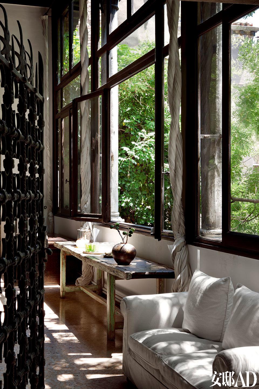 当初看到朝向私家庭院的窗户时,Axel 立刻便爱上了这栋住宅。他的妻子喜 欢邀请朋友到家中做客,一同沉浸在旧日时光中,感受浪漫的氛围。古董商Axel Vervoordt住所的客厅走廊刚好面对着庭院,而庭院也主导着这座新哥特式风格的Gheltoff Alverà 宫殿。Axel Vervoordt十分享受这间住所的一楼,高贵又有格调。