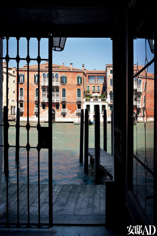 水路入口紧挨着威尼斯著名的大运河,坐船就能直接抵达这座曾经的宫殿。威尼斯的宫殿一般都拥有两个入口:一个来自陆路,另一个来自水路。Axel Vervoordt家靠河的主要入口刚好挨着威尼斯最著名的大运河。