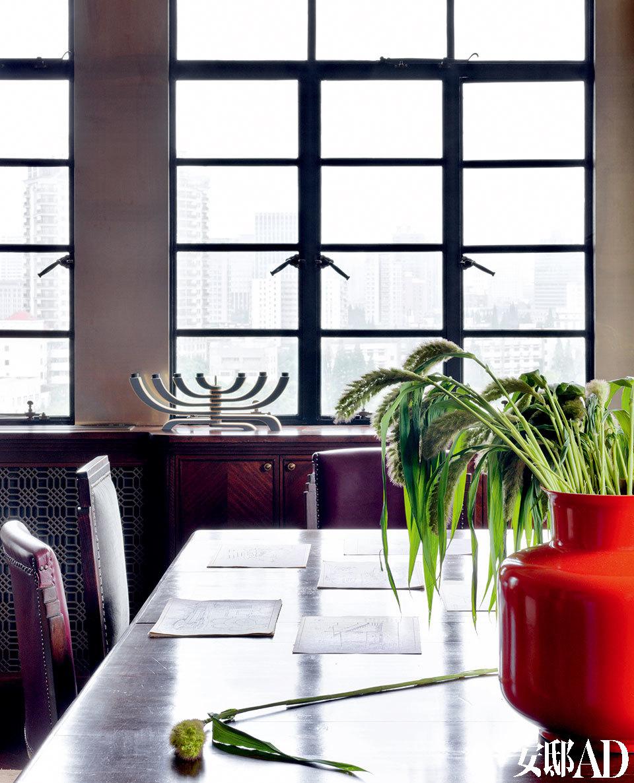 画面左下角的金属镂空板是空调出风口,设计师为其定制了精致的Art Deco图案。