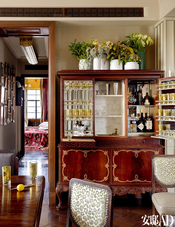 改自北欧Art Deco老柜子的酒吧柜,不仅视觉夺目,加了水槽更是方便实用。这个Art Deco酒吧柜是喜欢在家招待客人的必备,本是从丹麦搜来的一个老柜子,设计师把它改造成一个酒柜,甚至还在柜子中加入了可洗涤杯碟的水槽。