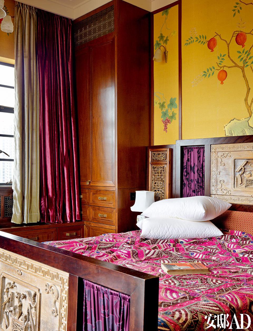 主卧内的Art Deco风格的床,是设计师早年用老门板重新设计制作的。