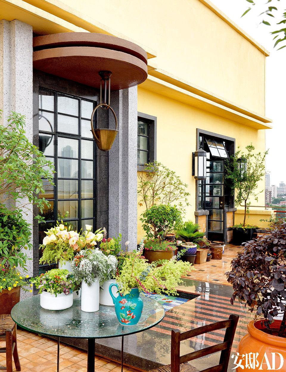 露台风景极佳,大量的植物带来放松、舒适的氛围。