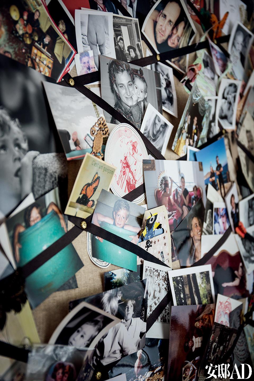 每年圣诞节,Adélaïde会择取杂志图片、叠加家庭成员形象,制作成明信片发送给亲朋好友;而这一块墙面,便展示着历年的作品,还有家庭成员们的照片。