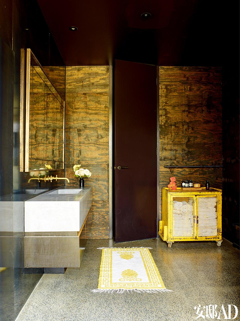 洗手台旁边的墙面采用了自然材质。
