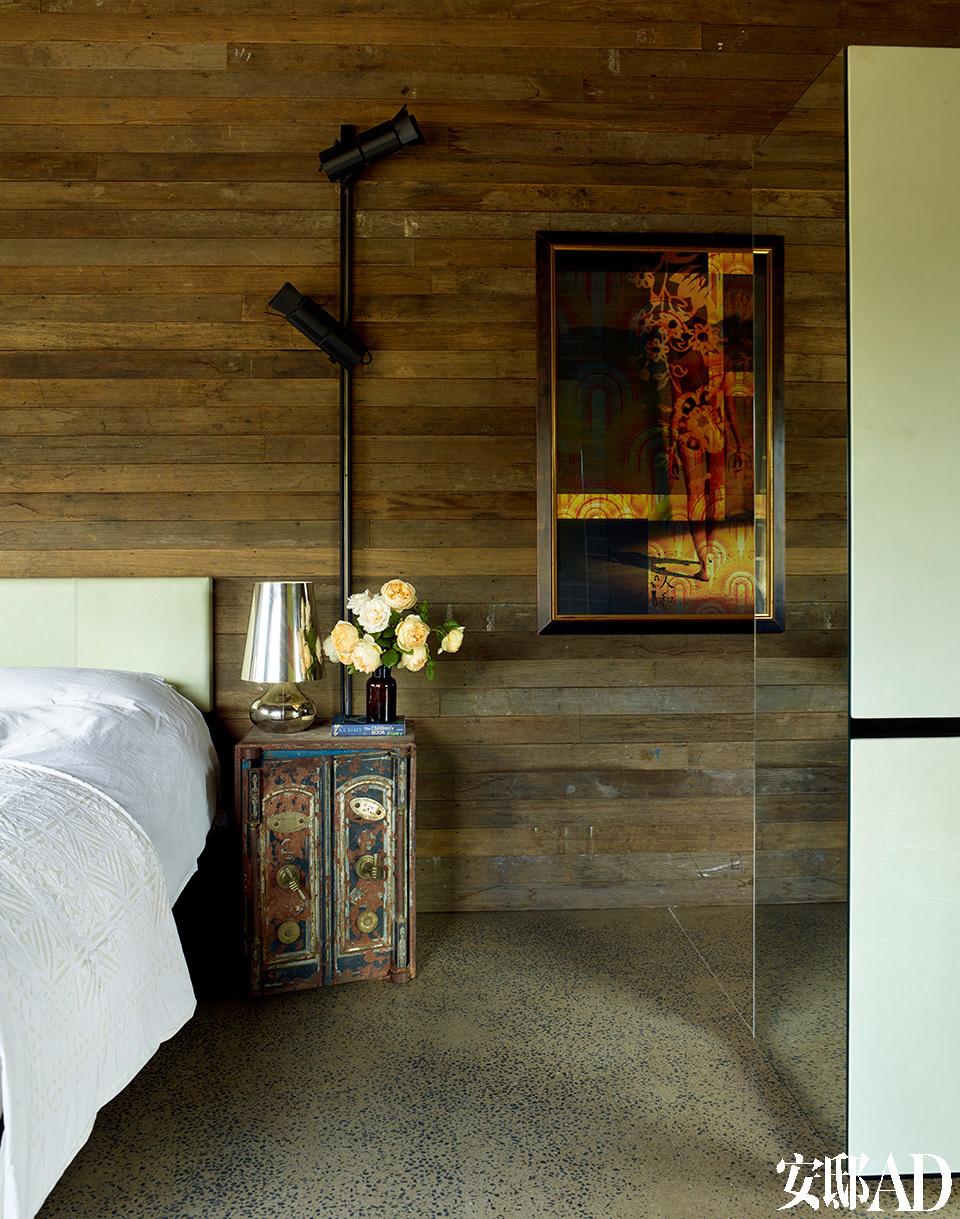 卧室床头背景采用的也是自然材质,整体营造了一种轻松惬意的氛围。