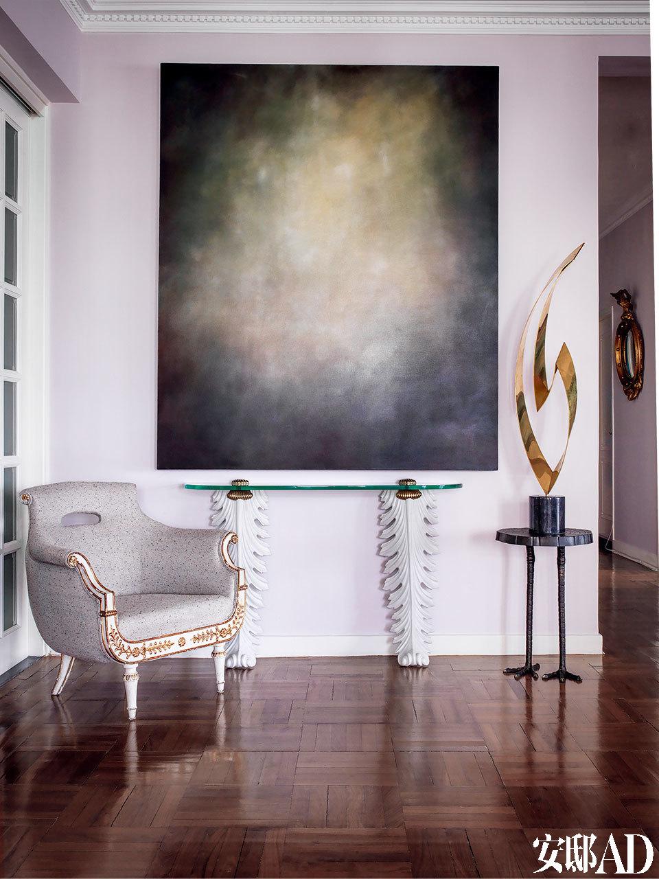 上世纪20年代的意大利扶手椅被覆以来自香港的古董面料。墙上挂着的是Thomas Darnell的画作,来自The Cat Street Gallery。